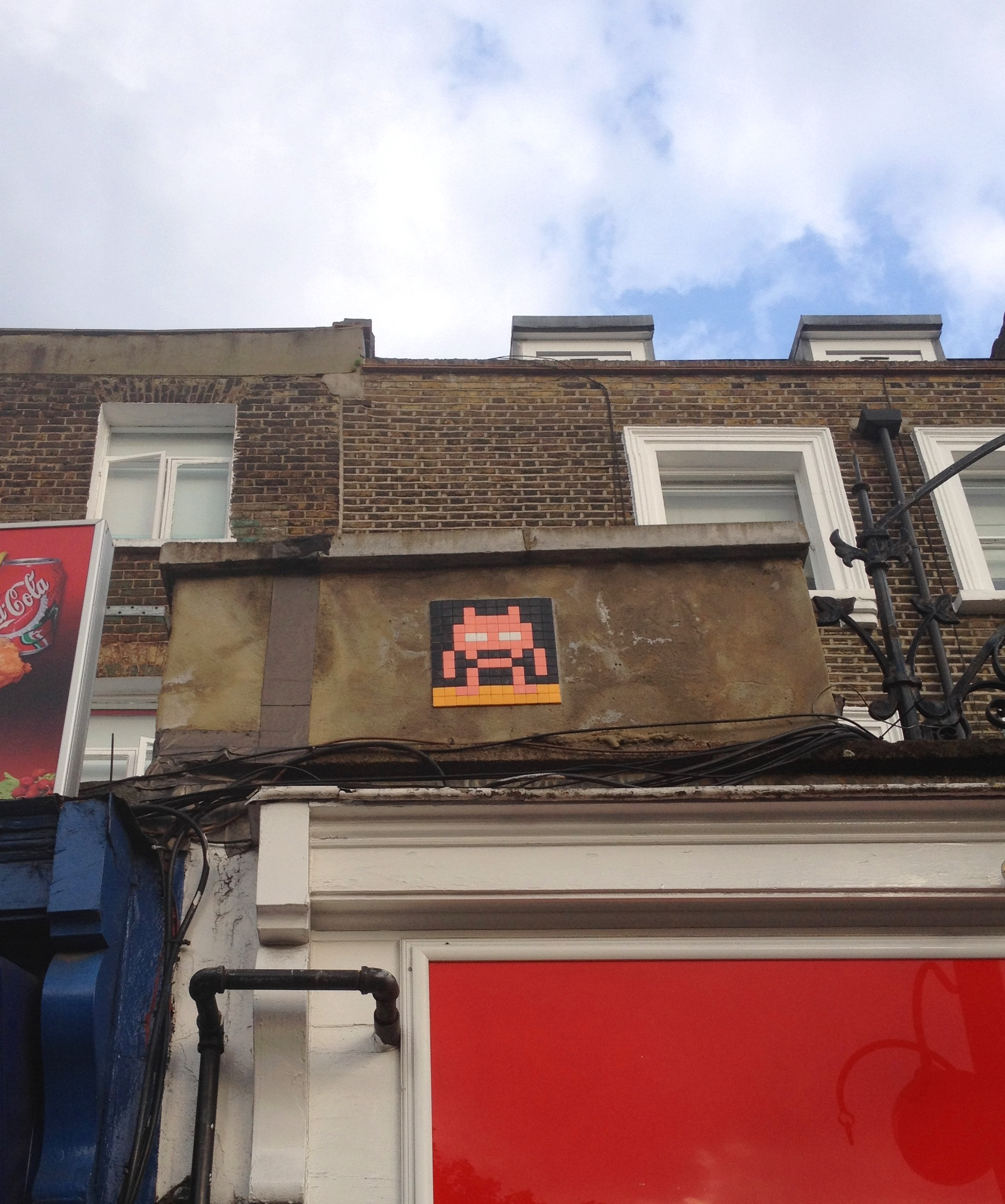 Invader graffiti, Kennington Cross - kenningtonrunoff.com