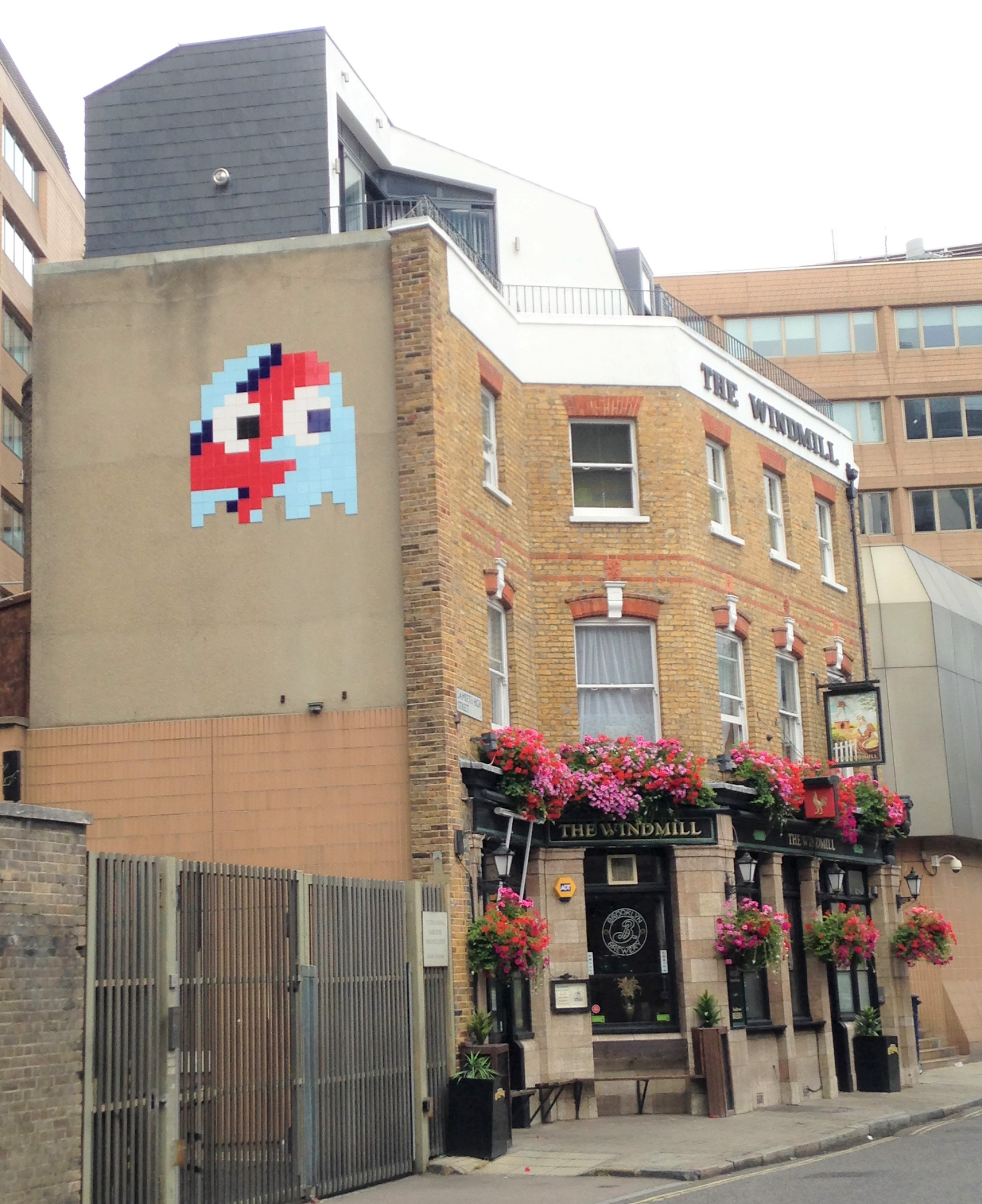 Invader on The Windmill Pub, Lambeth - kenningtonrunoff.com