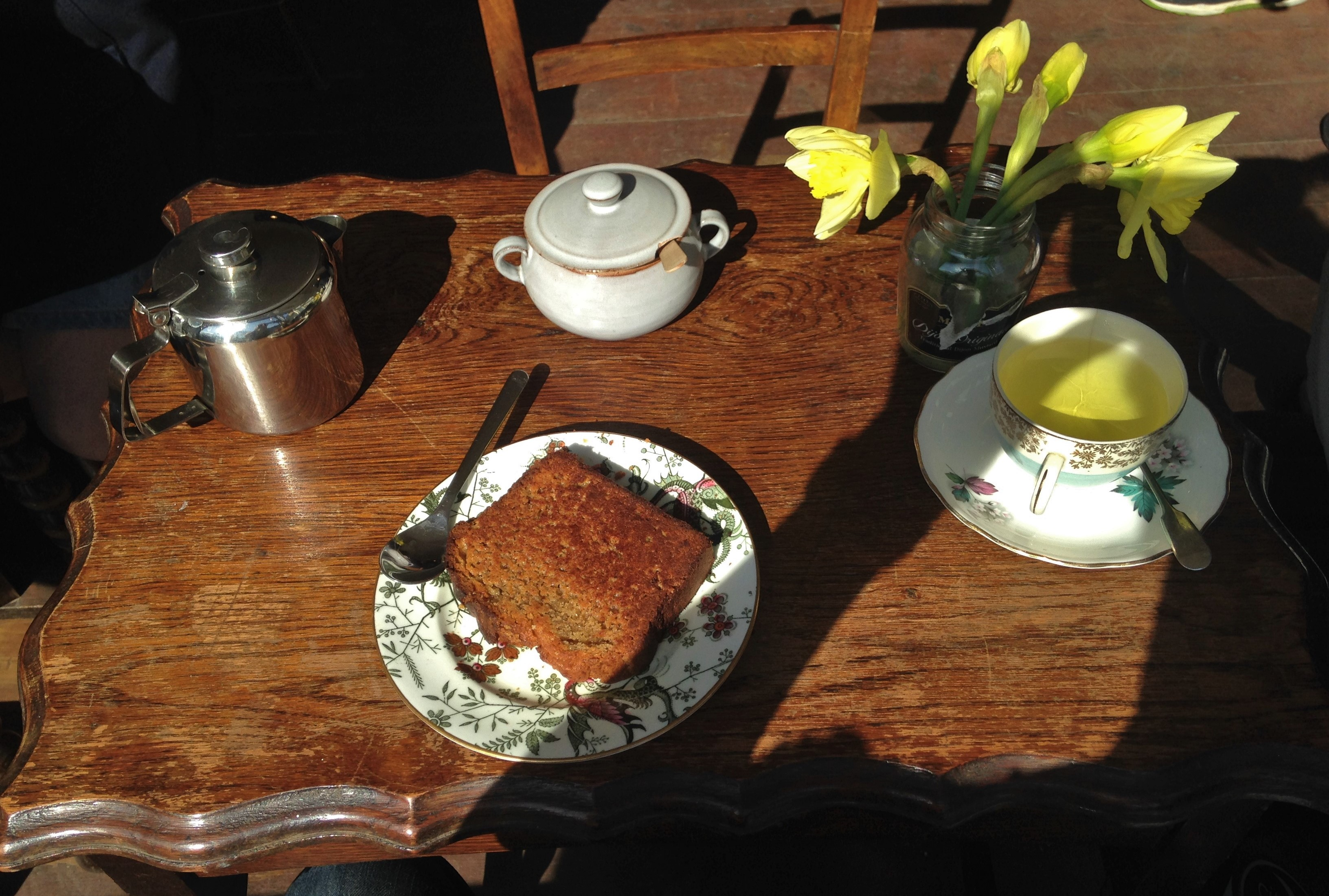 Daffodils, vintage crockery and warm toasted banana bread - kenningtonrunoff.com